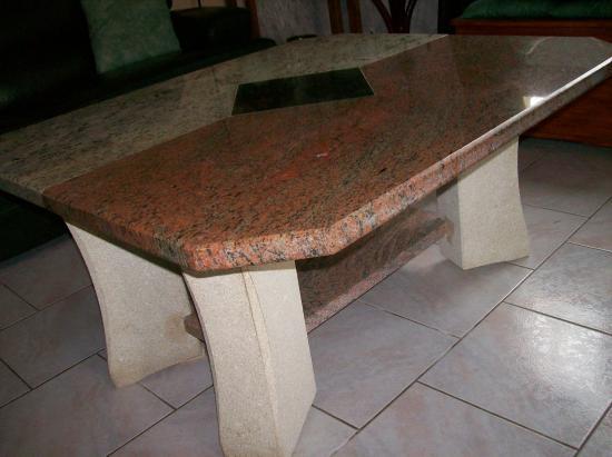 table granit et pieds en pierre